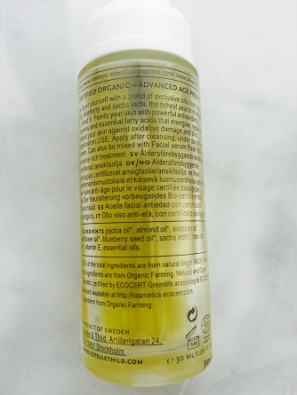 Jojoba Oil (carrier oil), Almond Oil (carrier oil), Avocado Oil (carrier oil), Sunflower Oil (carrier oil), Blueberry Seed Oil (essential oil), Sacha Inchi (carrier oil), Rose Otto (essential oil), Vitamin E, essential oils (names not specified).